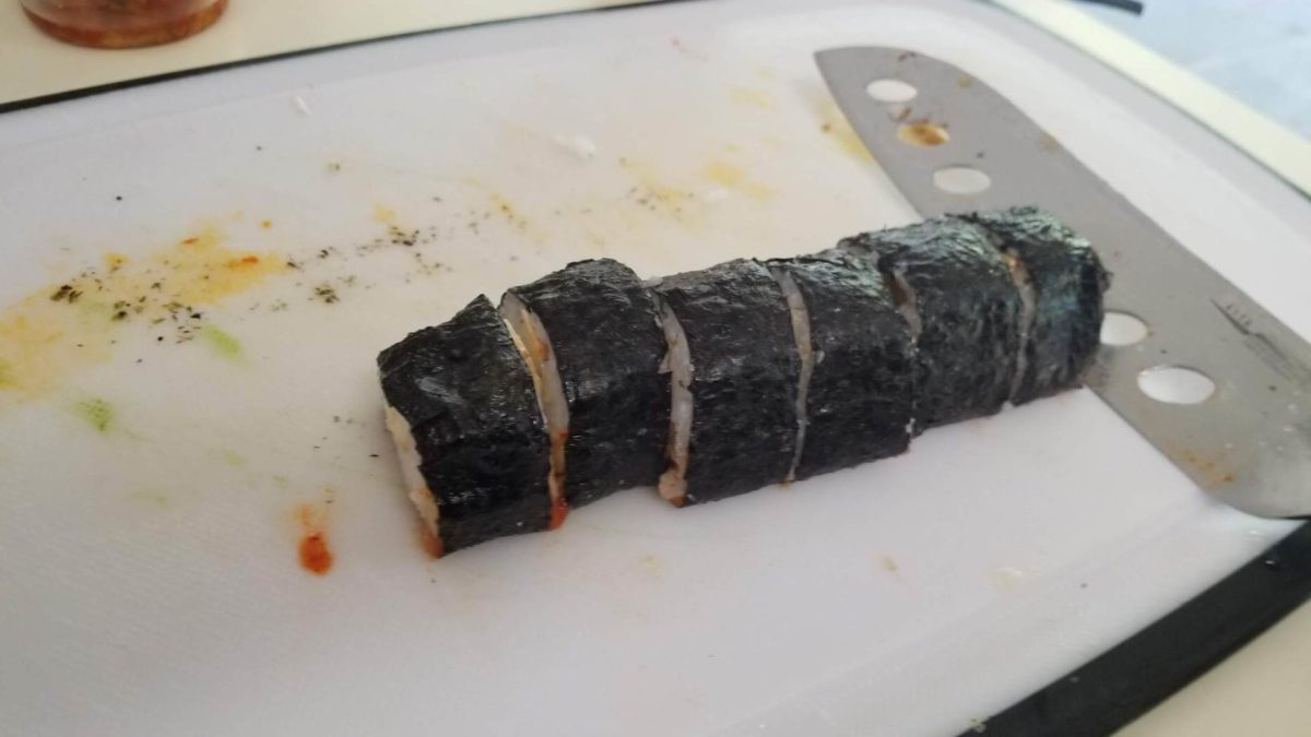 cut the vegan kimbap 김밥