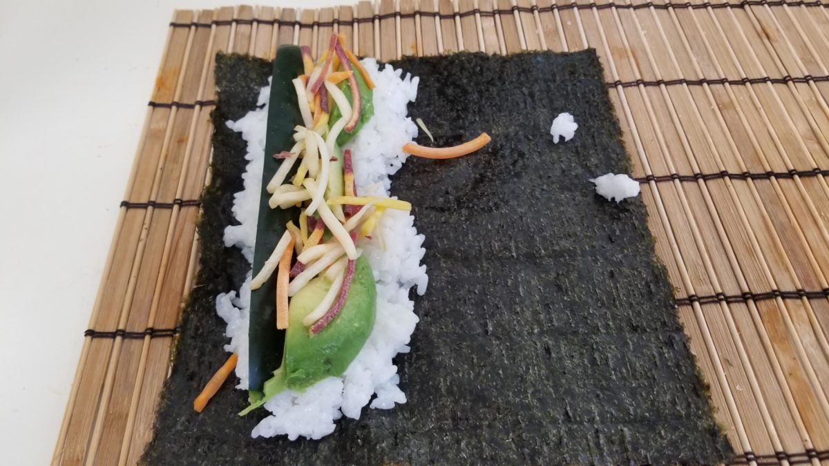 lay out the sushi for veggie sushi rolls ヴィーガン肉魚卵乳なし